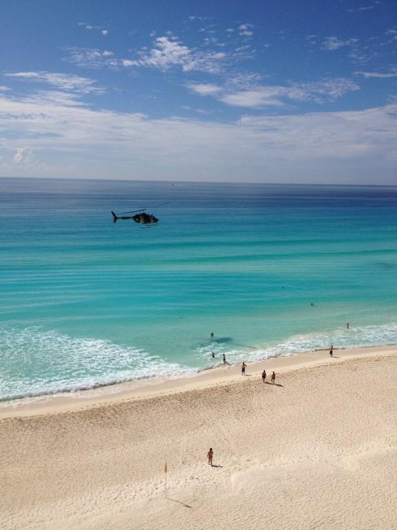Kto bogatemu zabroni podziwiać Morze Karaibskie z helikoptera?