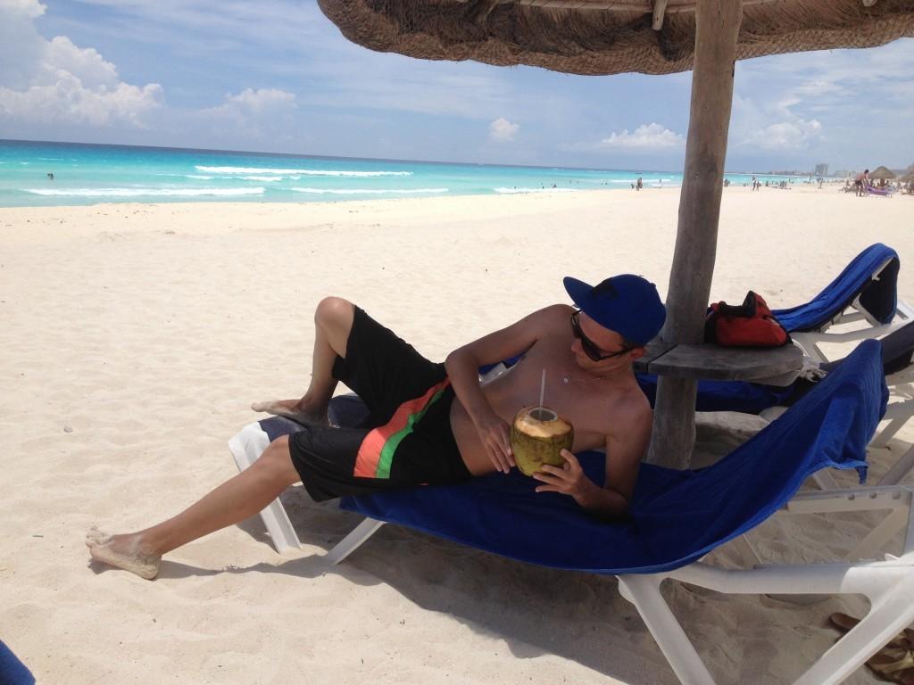 Bardzo popularny karaibski drink Coco Loco. W rozłupanym prosto z drzewa kokosie mieszanka dużej ilości karaibskiego rumu (i wódki) z sokiem pomarańczowym, kremem z kokosów i bananów. Polecam rewelacja! Wystarczy wypić jednego takiego kokosika i już czujemy w głowie Coco Loco :)