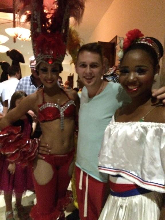 Hotele zapewniają wiele atrakcji dla swoich gości, jak np. show tańca ludowego w karaibskich rytmach.