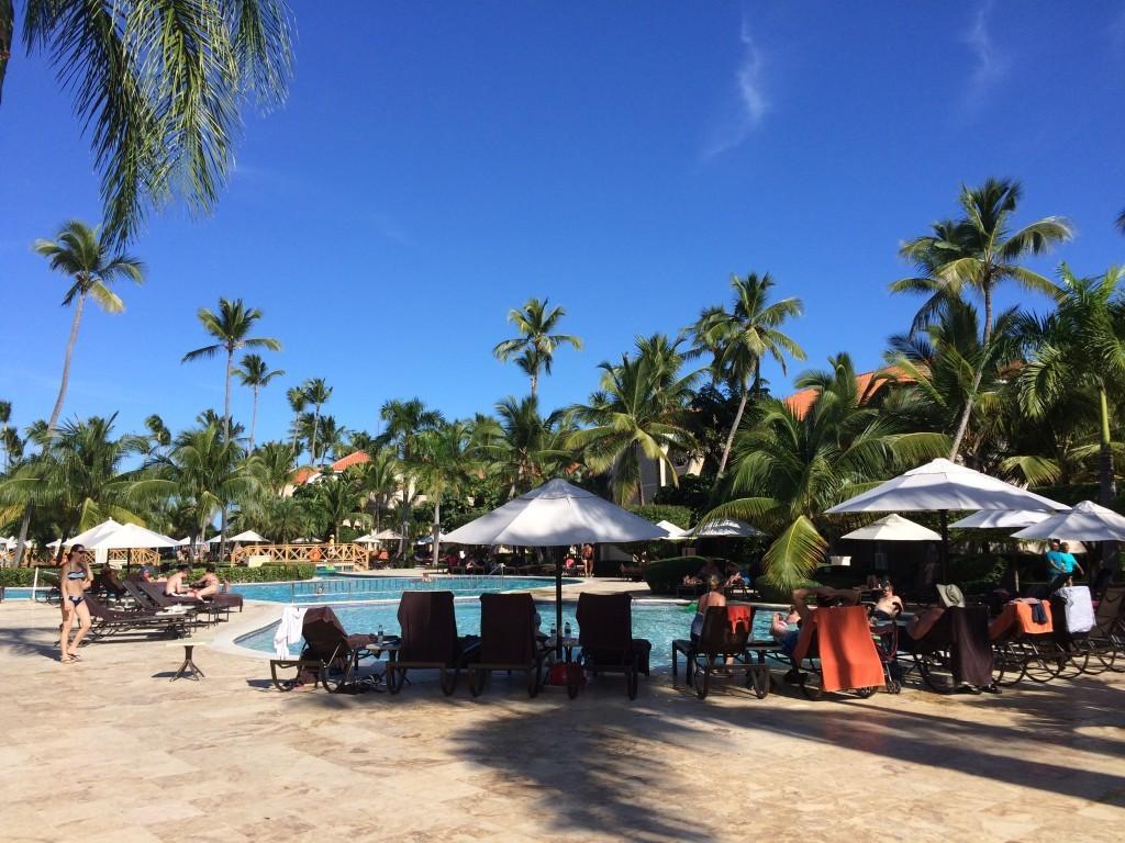 Jeden z hotelowych basenów otoczony dziką ilością palm.