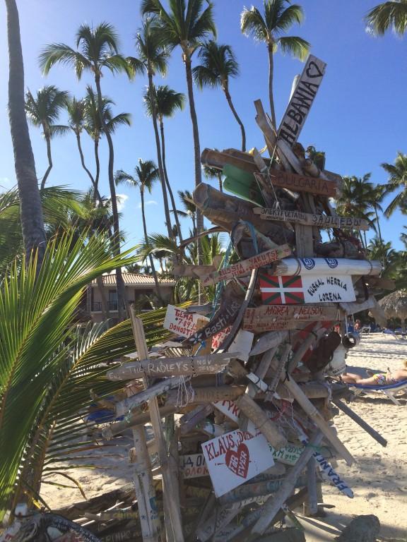 Spontaniczna budowla zawierająca tabliczki pozostawione przez podróżników i turystów z różnych zakątków świata.