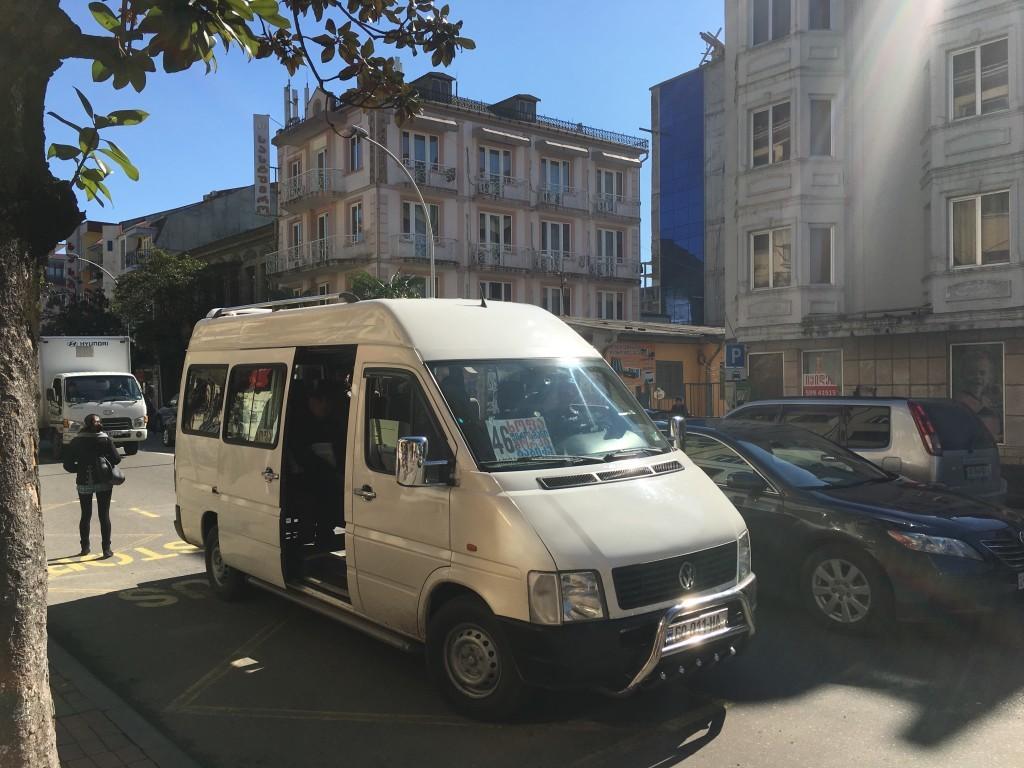 Marszrutka - najpopularniejszy środek transportu w całej Gruzji.