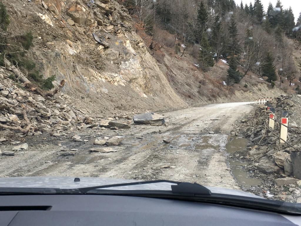 Ogólnie droga do Mestii jest asfaltowa, ale pewne jej odcinki stwarzają utrudnienie, szczególnie kiedy jedziemy samochodem osobowym.