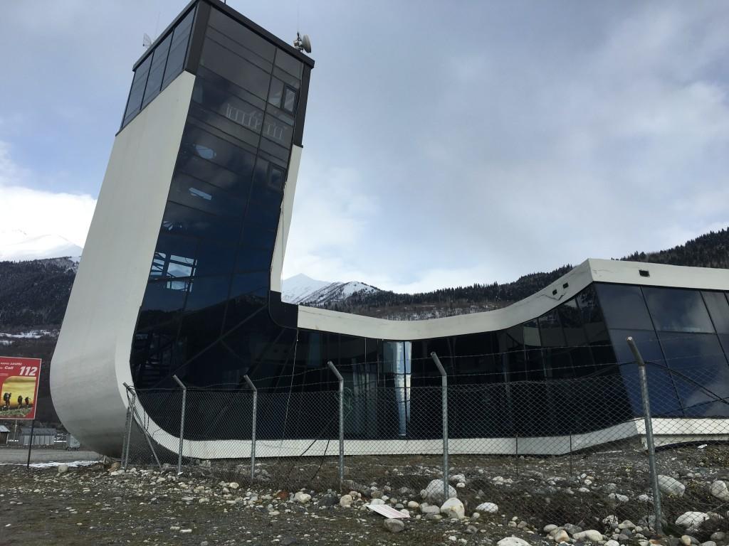 W Mestii znajduje się lotnisko, jednak ze względu na trudne górskie warunki atmosferyczne samoloty latają nieregularnie. Do Mestii z Tibilisi możemy również dolecieć helikopterem.