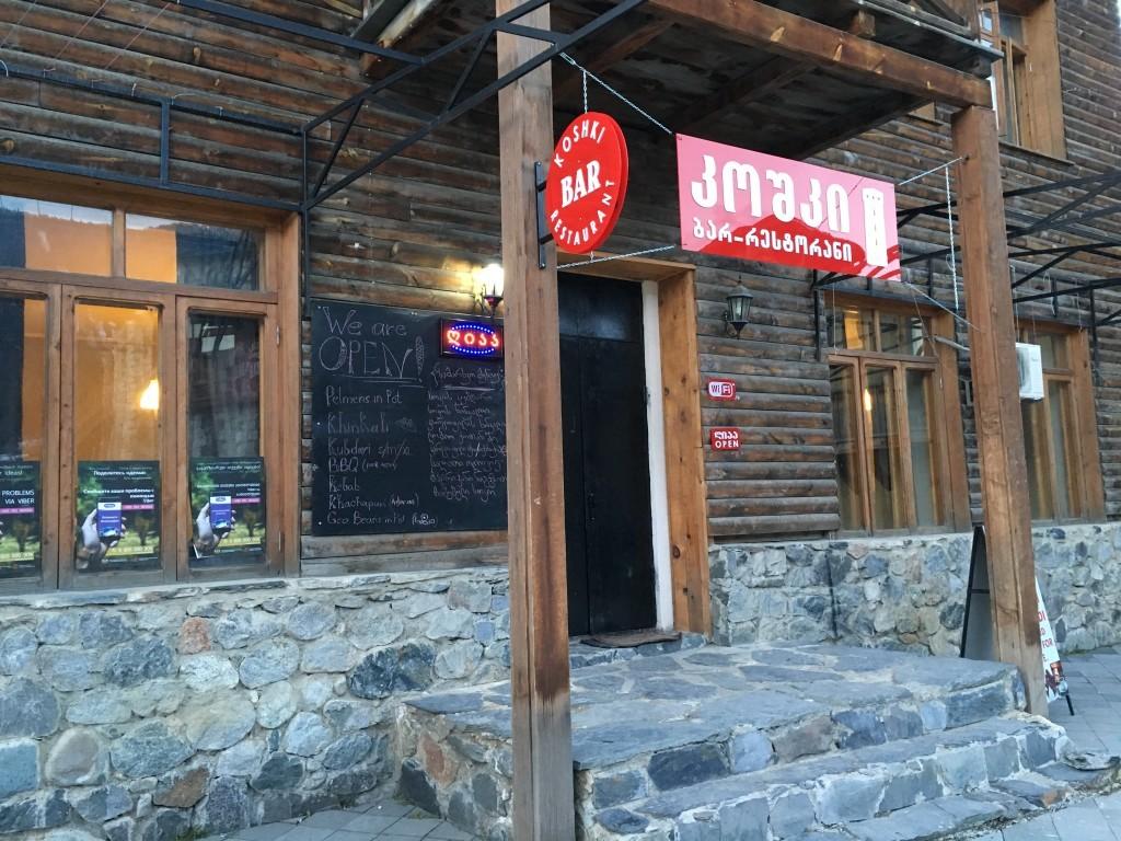 Polecam ten bar-restaurację, w której serwują bardzo dobrą gruzińską kuchnię. Lokal łatwo jest znaleźć - z tego miejsca odjeżdżają wszystkie marszrutki.