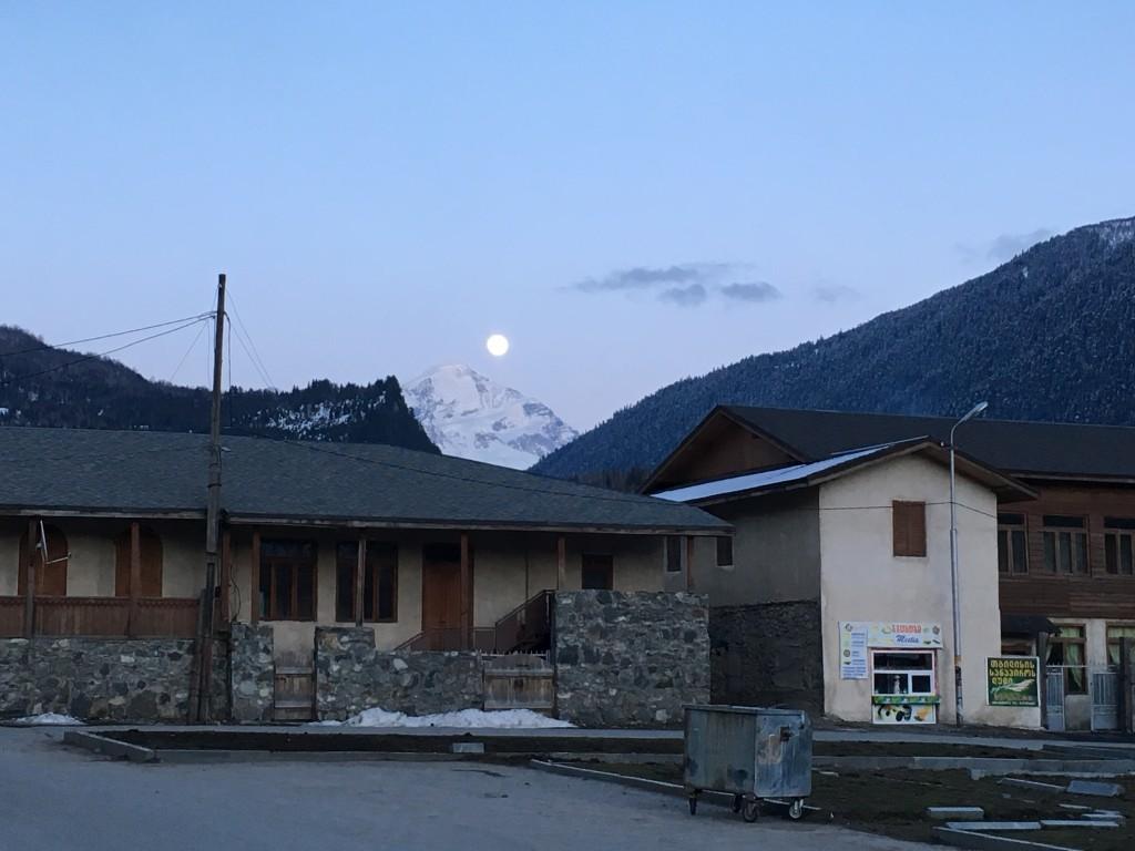 Pełnia księżyca w przepięknych okolicznościach przyrody.