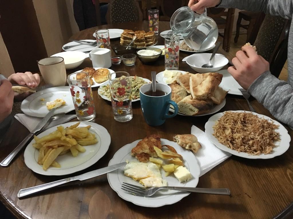 Gruzińskie śniadanie. W Mestii nocowaliśmy w bardzo popularnym pensjonacie Nino Ratiani Guesthouse, który polecam.