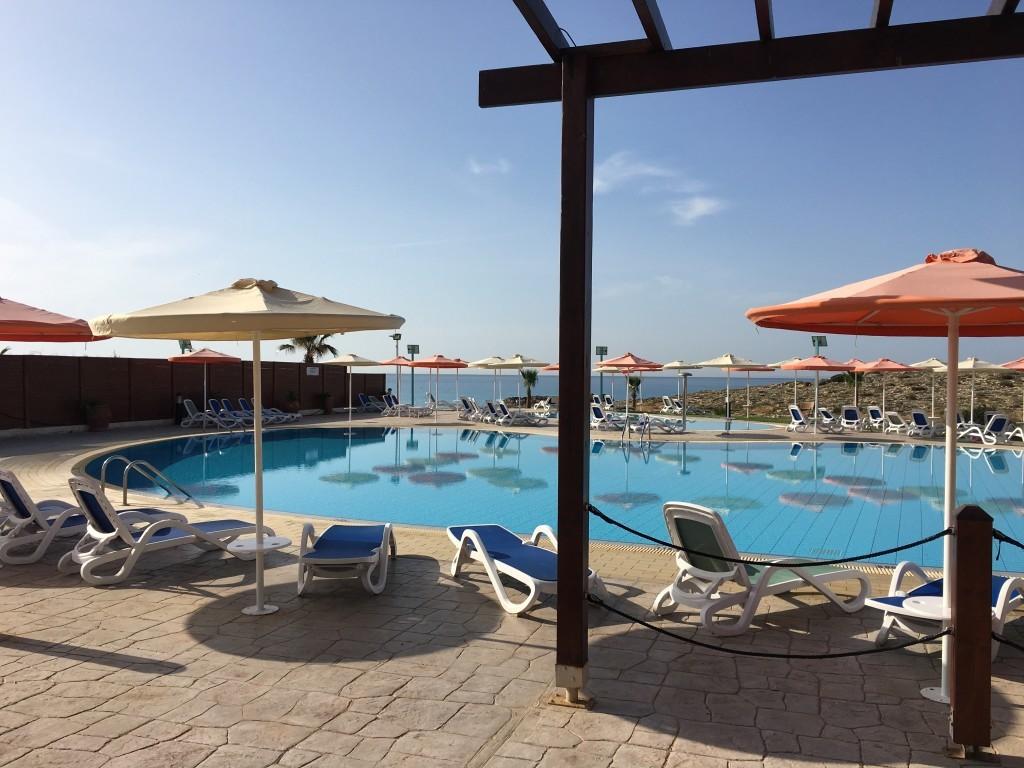 Aktea Beach Village jest pięknie położony na klifach z widokiem na Morze Śródziemne.