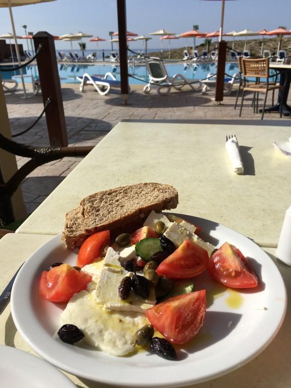Nie ma nic lepsze jak cypryjsko-grecka kuchnia na wyspie! Polecam szczególnie sałatkę grecką z cypryjskim serem Halloumi oraz soczystymi pomidorami, które smakują nieziemsko!