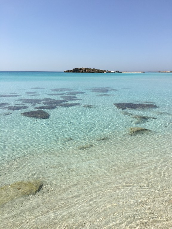Woda w tym miejscu Nissi Beach jest krystalicznie przezroczysta.