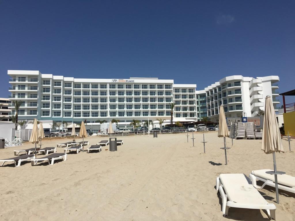 Jeden z głównych hoteli na plaży Nissi.
