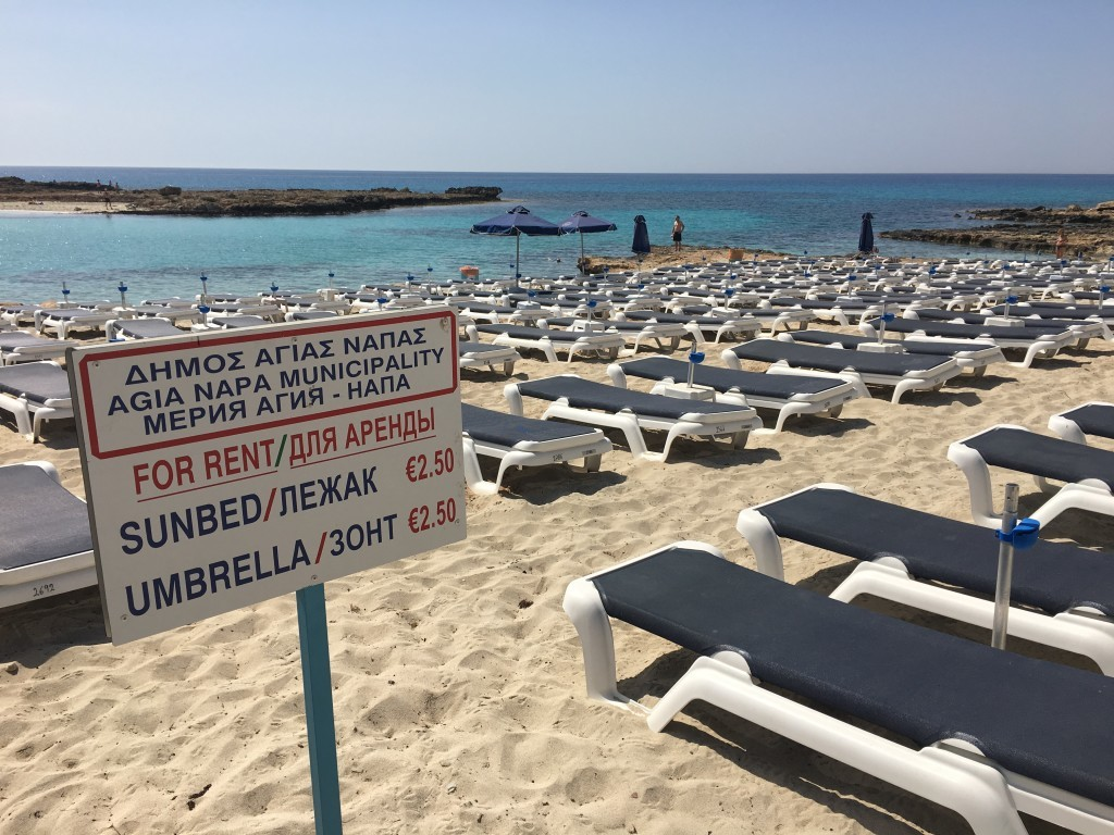 Wszystkie leżaki oraz parasole na plażach są płatne za cały dzień użytkowania.