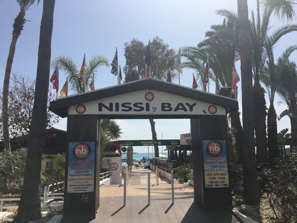 Główne wejście do imprezowej Nissi Beach.