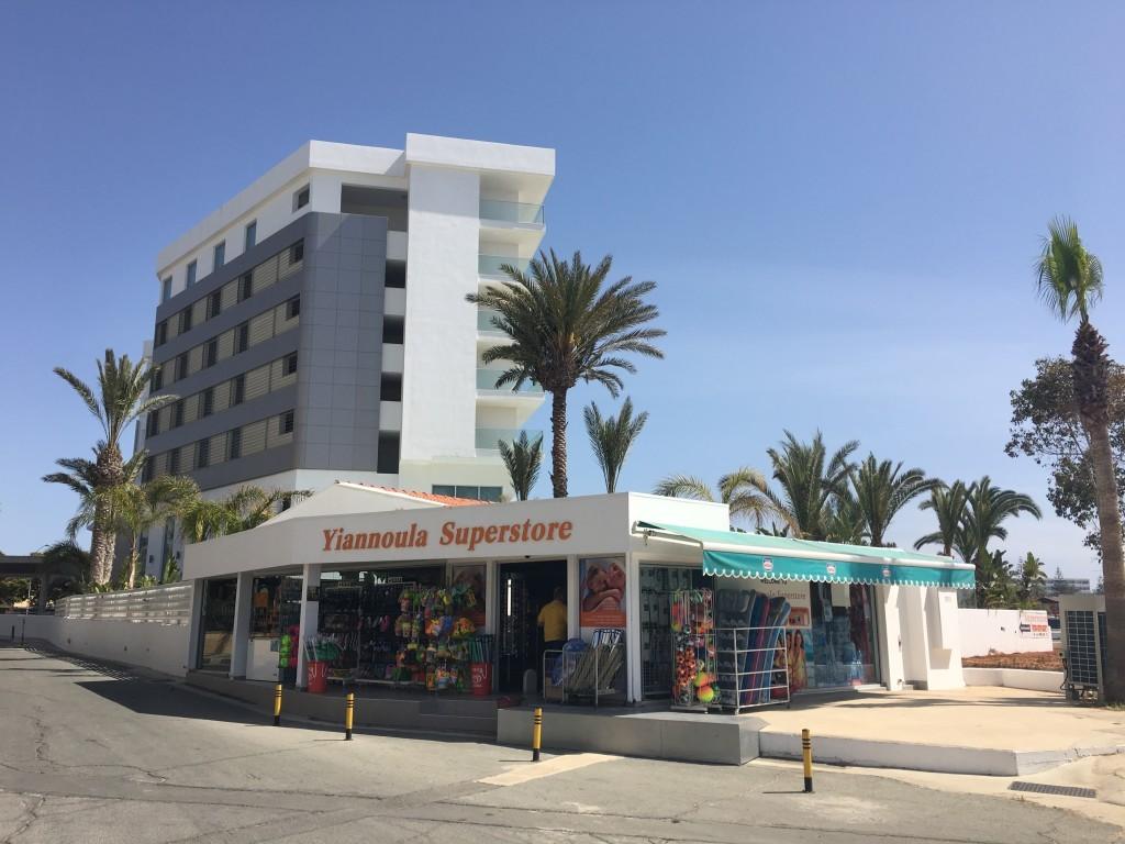 W tym markecie zaraz za plażowymi toaletami możemy kupić piwo oraz napoje w niższych cenach, niż w plażowych snack barach.