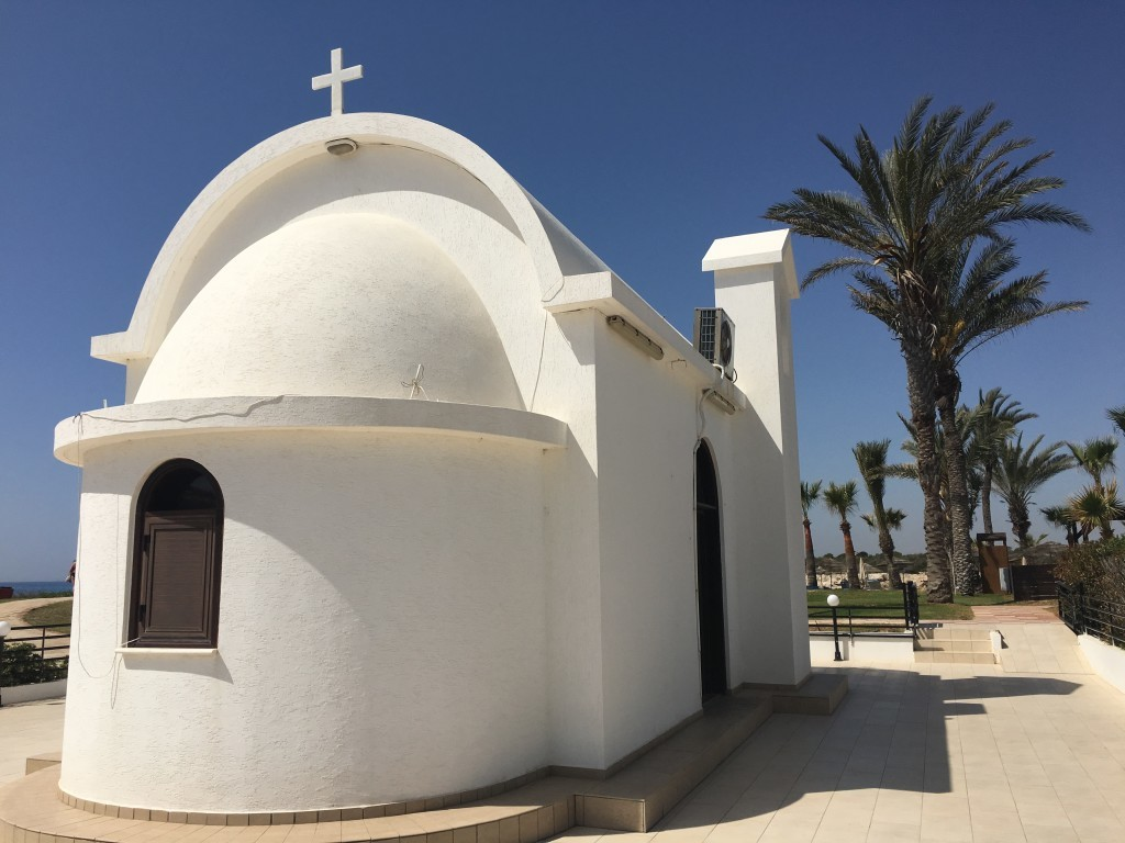 Malowniczy kościół na klifach pomiędzy Nissi Beach i Latchi Adams Beach.