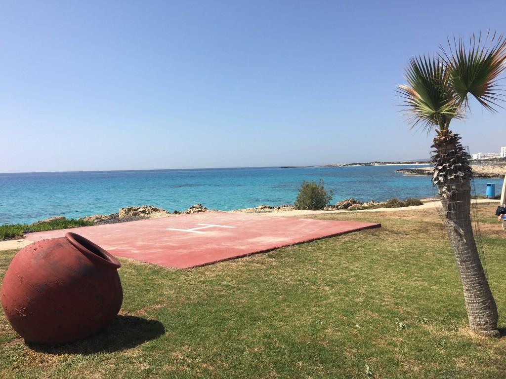 Kto bogatemu zabroni przylecieć helikopterem na jedną z najsłynniejszych plaż świata?