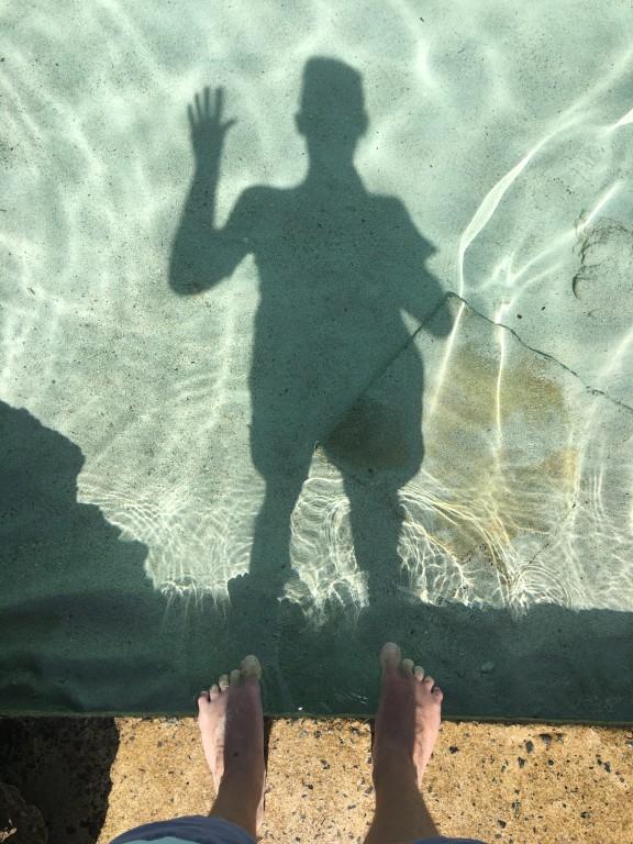 To nie odbicie w basenie, a w przejrzystej wodzie Morza Śródziemnego w Latchi Adams Beach.