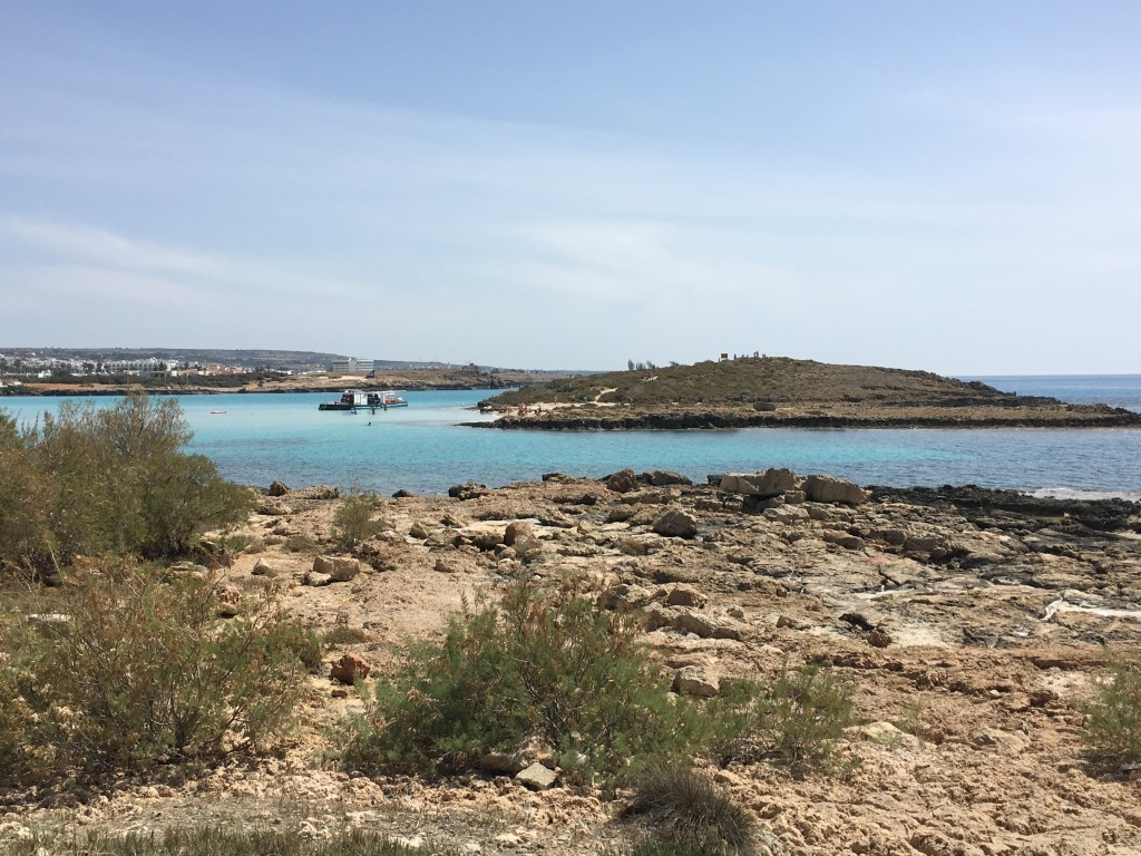 Woda na plaży Nissi sięga co najwyżej kolan, jest to ulubiony szlak wszystkich do malutkiej wysepki na środku. Obok niej znajduje się główne centrum sportów wodnych.
