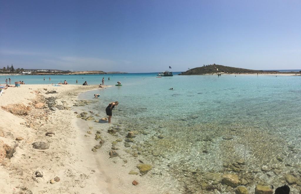 Nissi Beach w całej okazałości. Najpiękniejszy efekt odbijania się promieni słonecznych od tafli wody możemy podziwiać najlepiej pomiędzy 12, a 14 godziną.