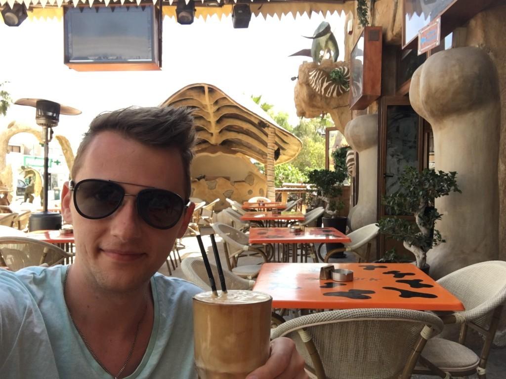 """Polecam ugasić pragnienie przepyszną kawą frappe. Jest to kawa na zimno. Piją wszyscy i wszędzie, o każdej porze. Frappe wywodzi się z Grecji, a Cypryjczycy jako """"bliscy krewni"""" także pokochali zwyczaj picia tego napoju."""