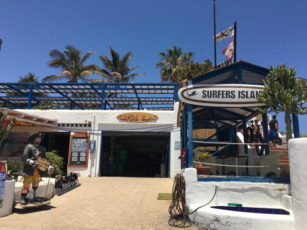 Jedna z licznych szkół surfingu na Playa de Sotavento.