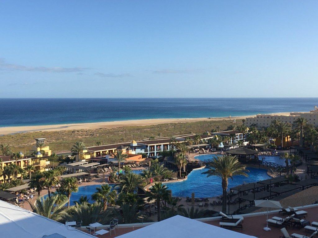 Widok na resort oraz Playa de Matorral z pokoju na najwyższym, czwartym piętrze Hotelu Barcelo Jandia Plaja.