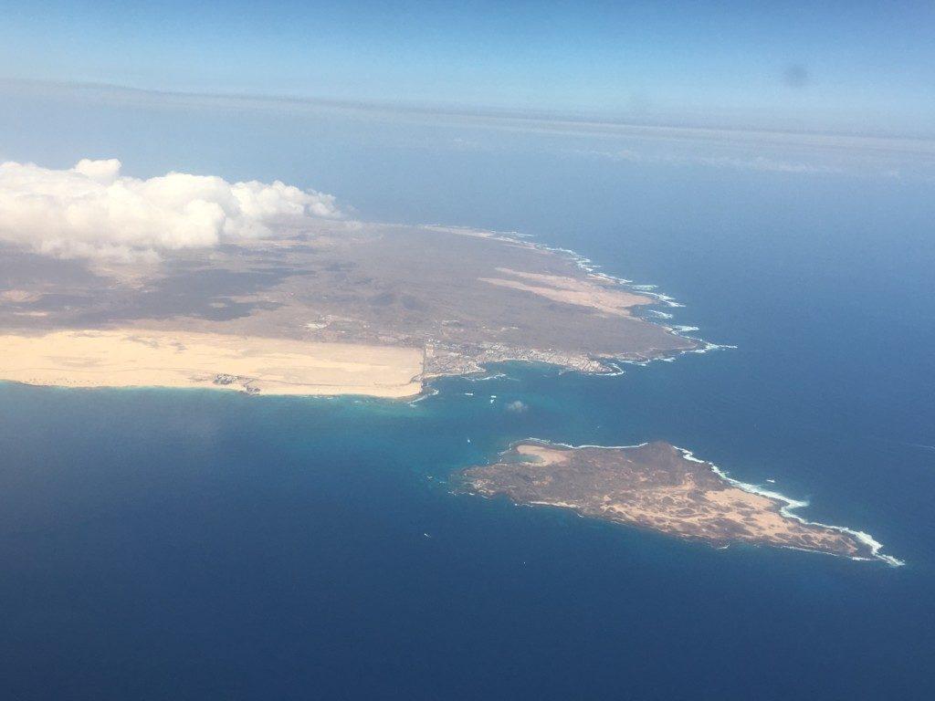 W drodze powrotnej do Londynu podczas startu udało mi się zrobić to zdjęcie. Jest to północna część Fuerteventury i miasteczko Corralejo słynne z piasczystych wydm oraz wysepka Isla de Lobos.
