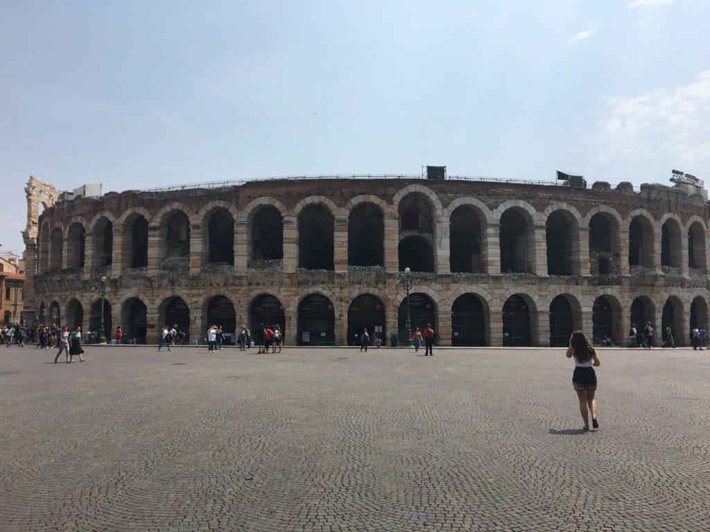 Arena – wzniesiona ok. 40 r. n.e. Jest to trzeci co do wielkości - po Rzymie i Campanii - amfiteatr rzymski we Włoszech, który szczyci się tym, że jest starszy niż rzymskie Koloseum (80 r. n.e.). Trzęsienie ziemi z XII wieku uszkodziło jego trzecie piętro. Pomimo to, na żywo robi duże wrażenie. W miesiącach letnich w Arenie odbywają się liczne koncerty i przedstawienia (m.in. światowe opery oraz rozdanie włoskich nagród muzycznych Wind Music Awards)