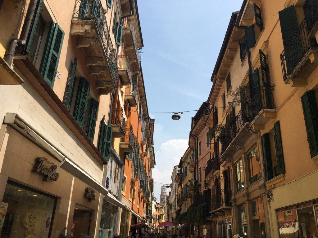 Via Giuseppe Mazzini - Główna uliczka prowadząca do domu Julii. Znajdują się na niej sklepy najdroższych światowych marek.