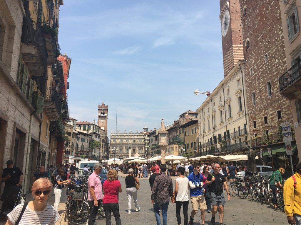 Piazza delle Erbe (Plac Ziół) – serce Werony i najstarszy miejski plac, położony w miejscu dawnego Forum Romanum, zaraz obok domu Julii. Plac zdobi barokowy Palazzo Maffei, z posągami greckich bogów, obok którego wznosi się XIV-wieczna Torre del Gardello – najwyższa gotycka budowla placu i pierwszy zegar publiczny mechanicznego. Ze względu na wszechobecny w budownictwie marmur Werona w średniowieczu zwana była marmurowym miastem.