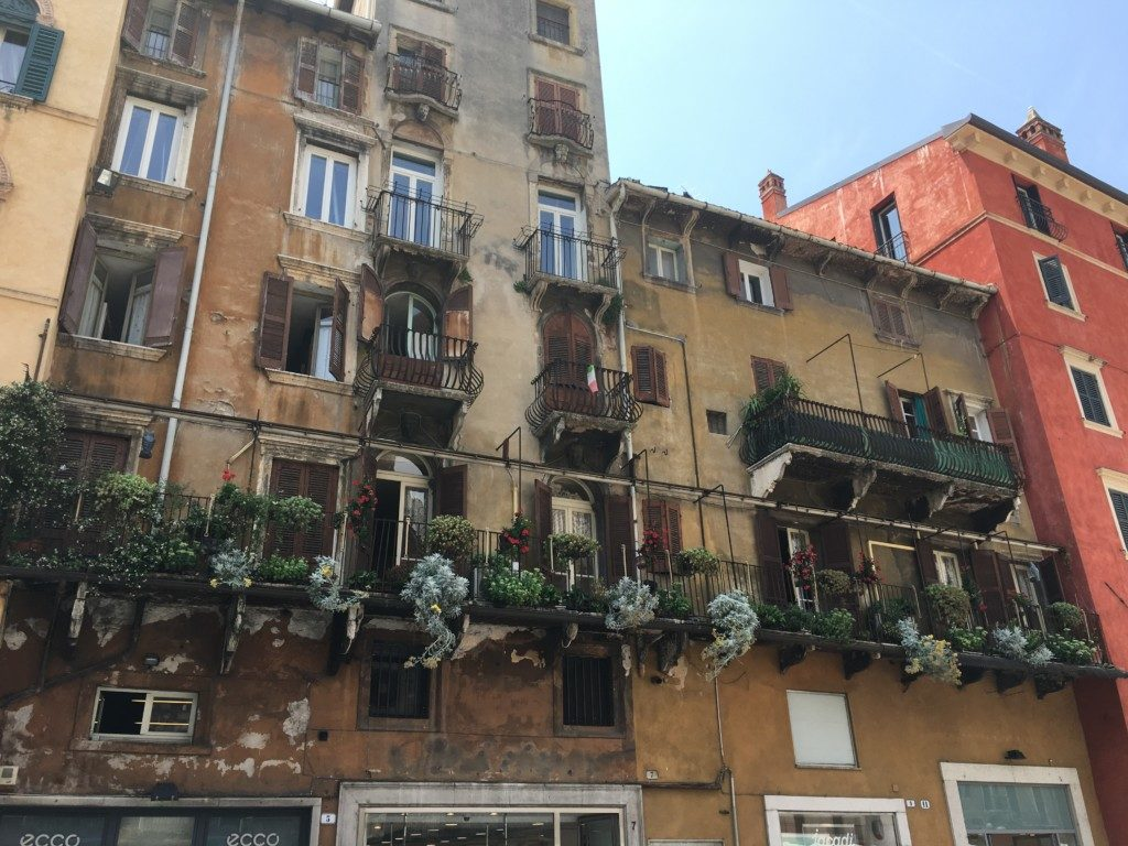 W VI wieku Weronę nazywano miastem pomalowanym, ze względu na kolorowe freski domów należące dawniej do najznamienitszych i najpotężniejszych rodów.