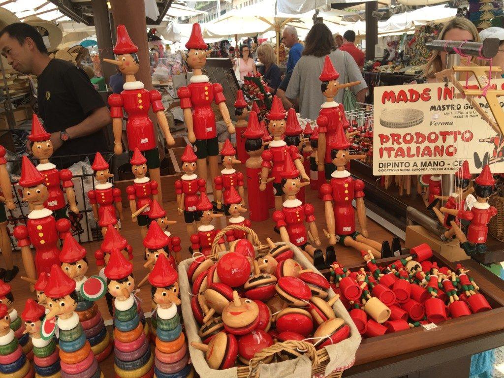 Na Piazza delle Erbe możemy kupić artystyczne wyroby lokalnych mieszkańców.