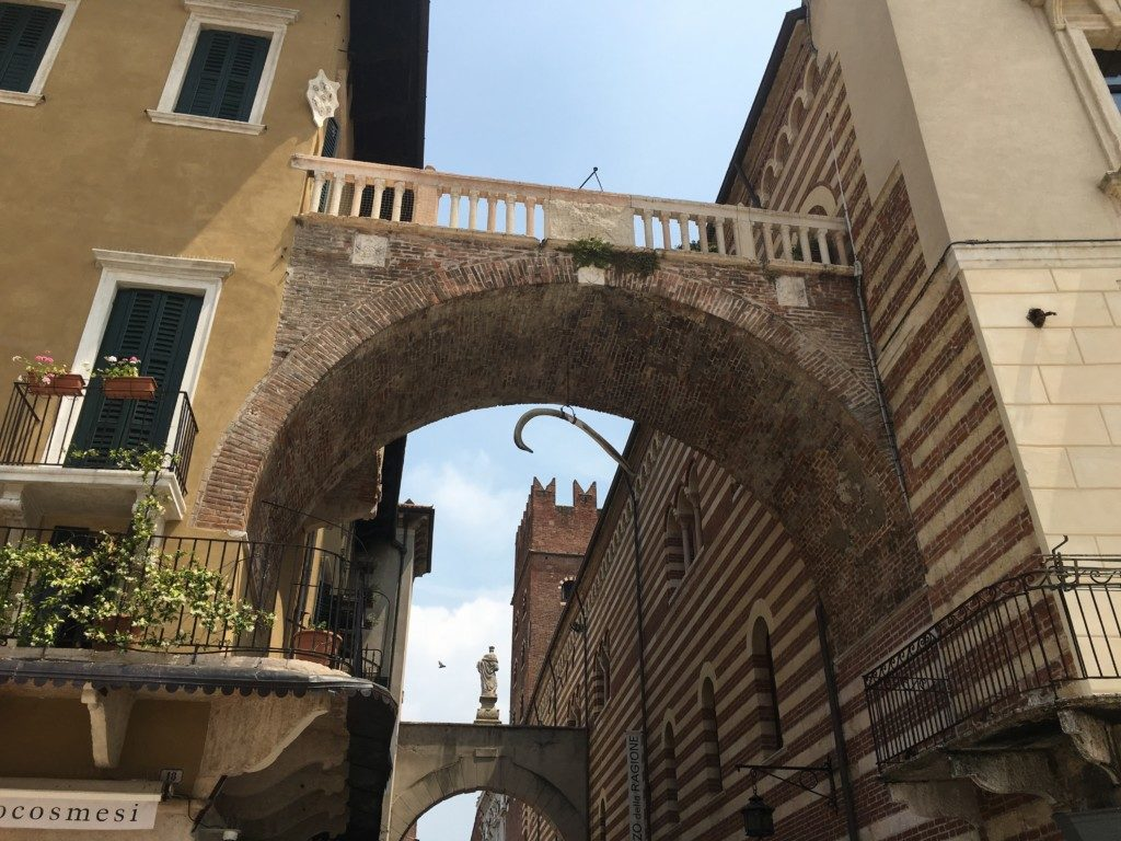 Arco della Costa – brama, która zawdzięcza swoją nazwę wiszącemu tu od XVII w. żebru wieloryba. Jedna z legend głosi, że jeśli przejdzie pod nim zamężna dziewica to żebro się urwie.