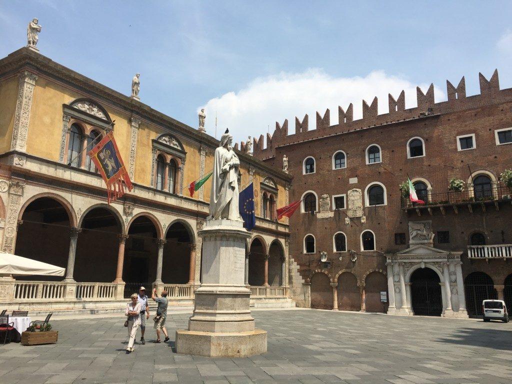 Piazza dei Signori – zwany również Placem Dantego. Mieści się tu dawna rezydencja rodu della Scala oraz XV-wieczna Loggia del Consiglio – dawniej sala obrad rady miejskiej, uważana za najpiękniejszy renesansowy budynek w Weronie.
