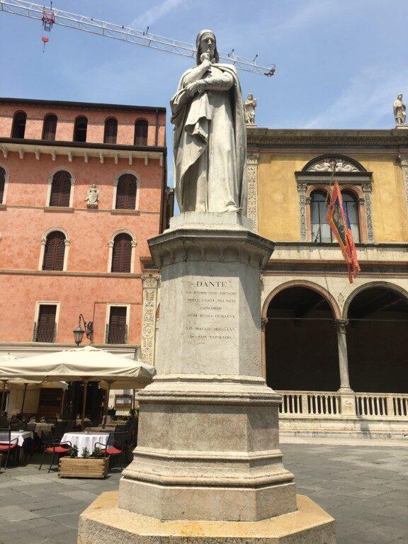 Pomnik włoskiego poety Dantego, którego najwybitniejszym dziełem jest poemat Boska komedia, uważany za arcydzieło literatury światowej i szczytowe osiągnięcie literatury średniowiecznej.
