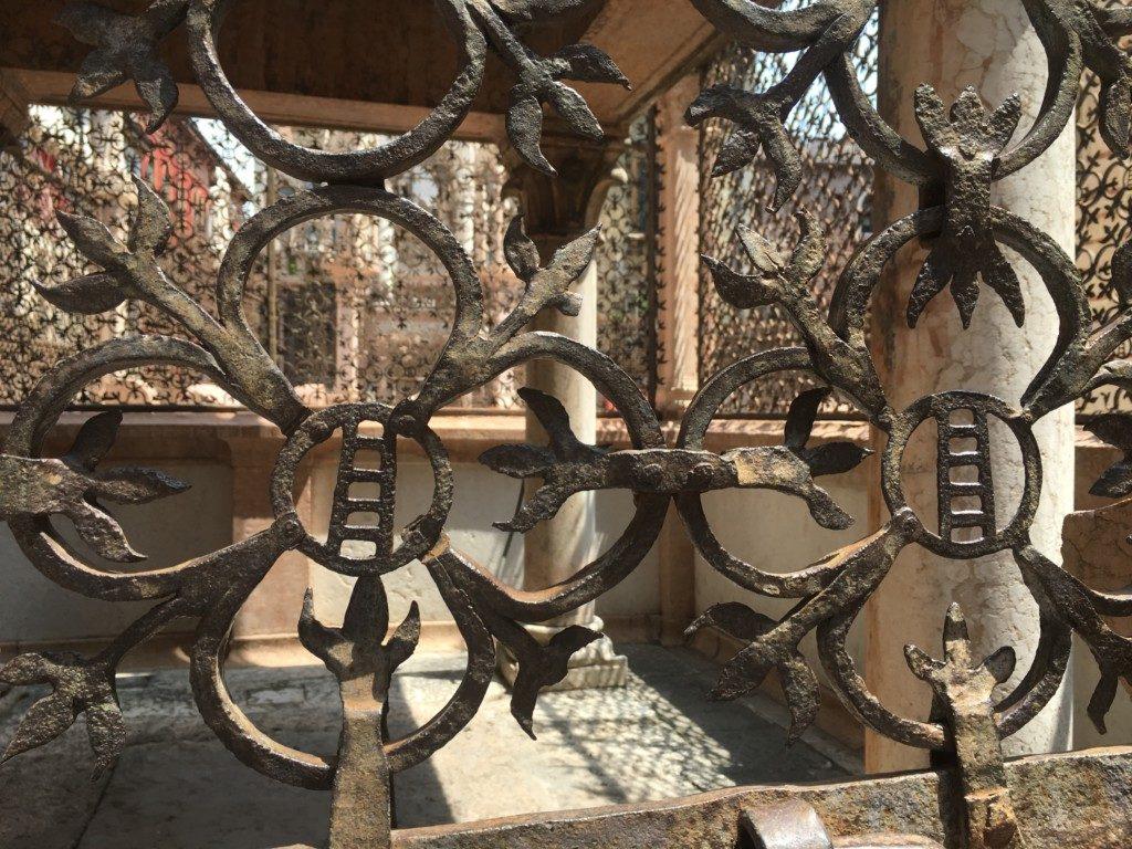 Ogrodzenie grobowców członków rodu della Scala z kutego żelaza z ich rodzinnym motywem rodu drabiną, który jest także oficjalnym godłem Werony.