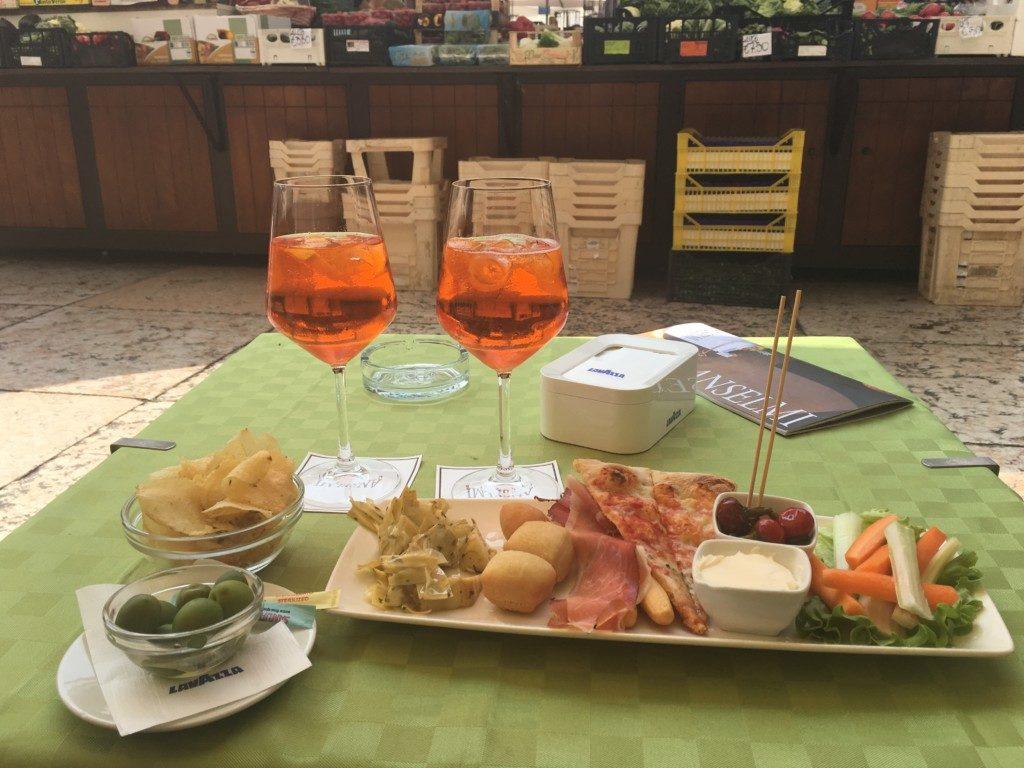 Bardzo modny w tej części Włoch, szczególnie wśród lokalnych mieszkańców jest odpoczynek w jednej z kawiarni i zamówienie Aperitivo oraz Spritz - czyli skromnego posiłku i lekkiego napoju alkoholowego.