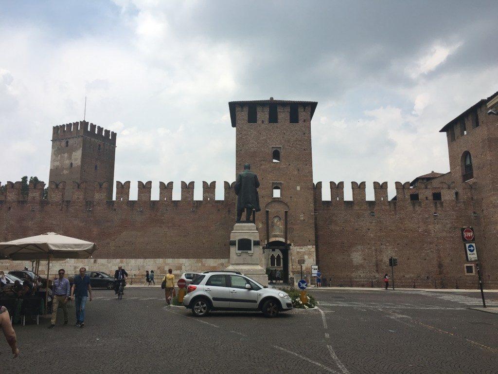 Castelvecchio - pięknie zachowany zamek, który w średniowieczu był siedzibą rodu Scaglierich. Obecnie mieści się tutaj Muzeum Sztuki, w którym możemy zobaczyć sztukę włoską oraz europejską.