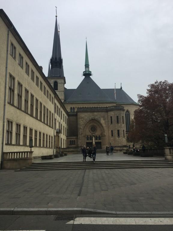 Katedra Notre Dame (Cathédrale Notre-Dame) pod jej gotyckimi sklepieniami znajdują się cenne barokowe organy. W krypcie jest nagrobek XIV wiecznego króla Czech - Jana Ślepego Luksemburskiego.