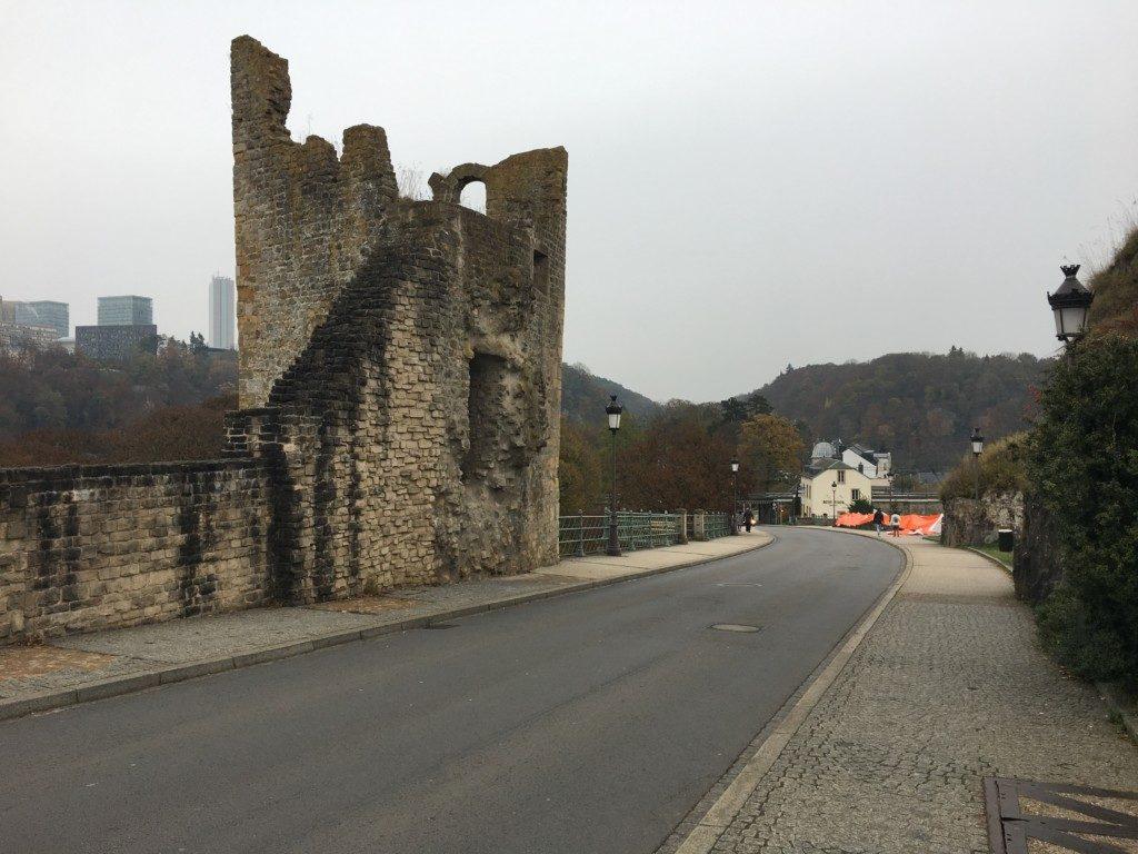 """Kamienna wieża - tzw. Dent Creuse (""""Dziurawy Ząb"""") to pozostałość fortyfikacji zamkowych Zygfryda. Zamek istniał w latach 963-1459, a został zniszczony przez pożar. Z tego miejsca rozciąga się piękny widok na dolinę Alzette i przedmieścia Grund."""