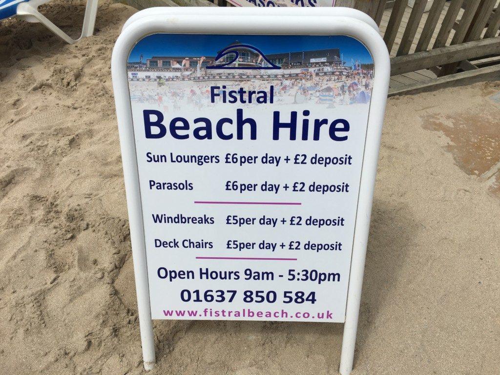 Ceny wynajęcia leżaków na plaży Fistral w Newquay.